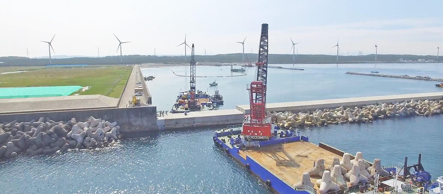港に並ぶ風力発電、工事現場