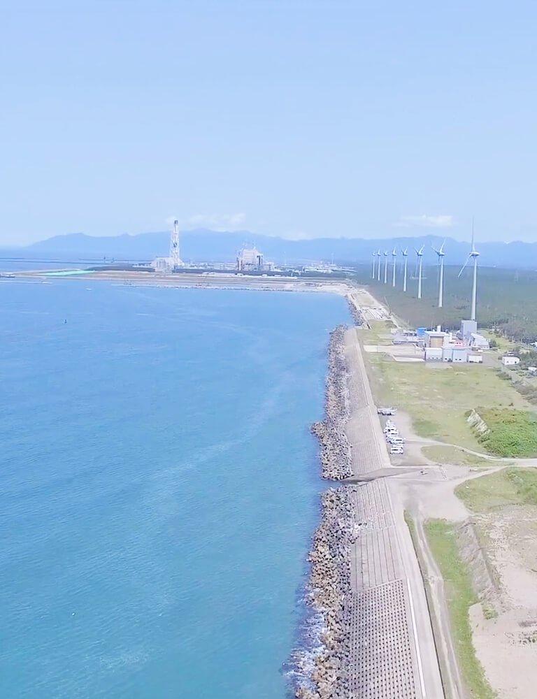 日本海に面する風力発電の並び