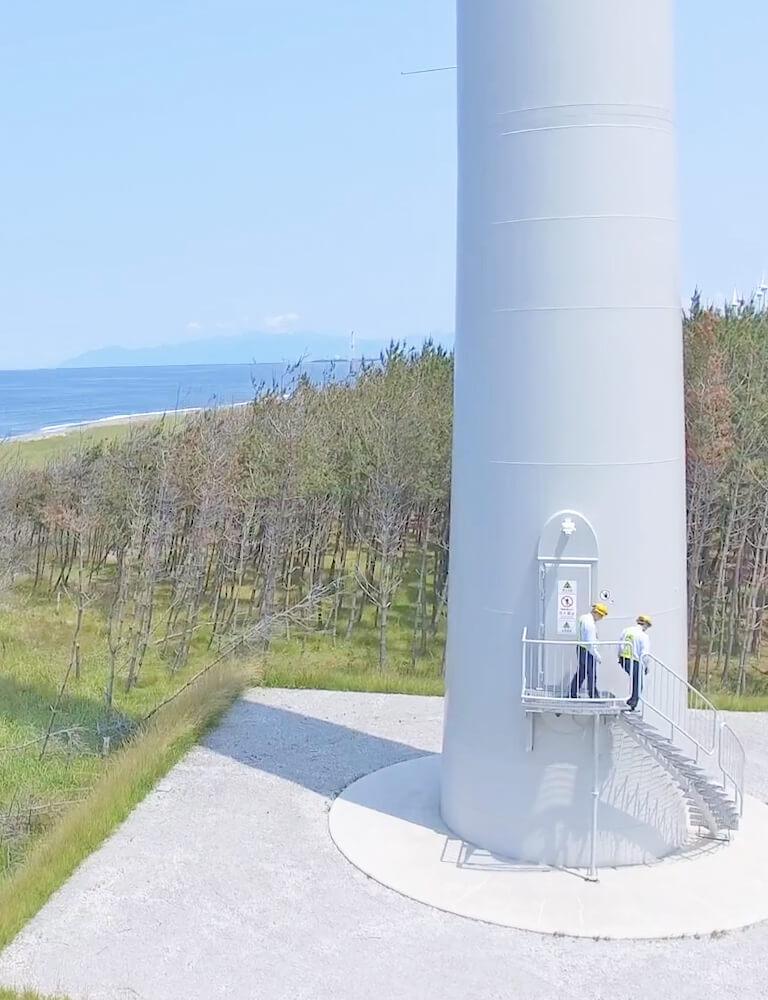 風力発電をチェックする人